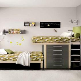 Двухэтажная кровать вдоль стены в детской спальне