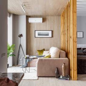 Деревянная перегородка между спальней и гостиной