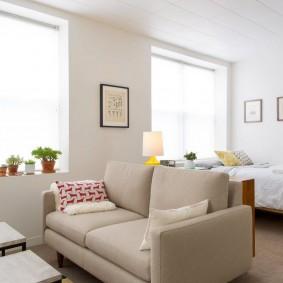 Раскладной диванчик посередине гостиной комнаты