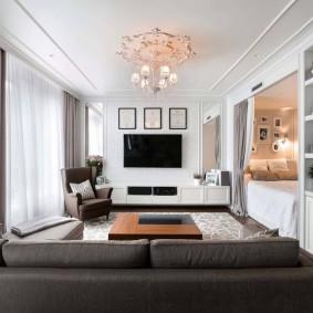 Длинная комната с телевизором на стене