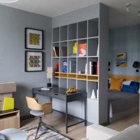 Серый стеллаж в комнате с кроватью