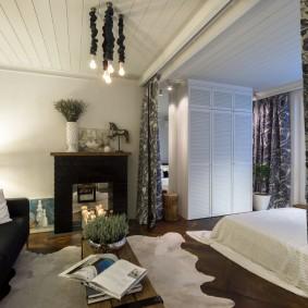 Уютная комната с пестрыми шторами
