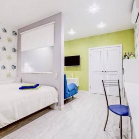 Интерьер светлой комнаты с кроватью