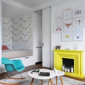 Желтый камин в белой гостиной
