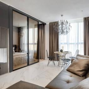 Коричневый диван вдоль стены в гостиной