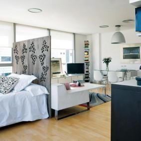 Деревянная перегородка за спинкой кровати