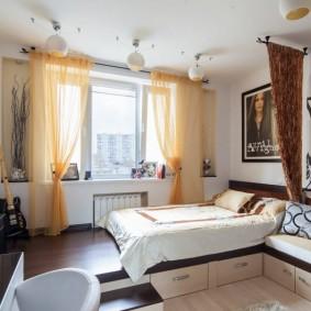 Желтые шторы в комнате с подиумом