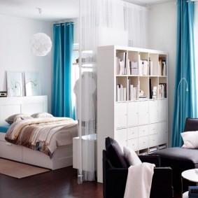 Синие шторы в светлой квартире