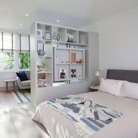Открытый стеллаж в гостиной с диваном
