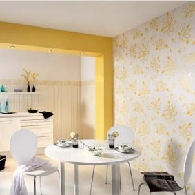 Кухня-столовая с обоями на стене