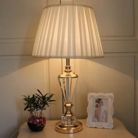 Настольный светильник с хромированным корпусом