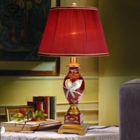 Стильная лампа с бардовым абажуром