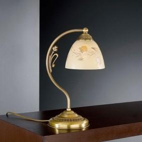 Настольная лампа со стеклянным плафоном