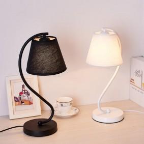 Черный и белый светильники с мягким светом