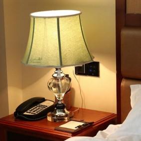 Кнопочный телефон на прикроватном столике