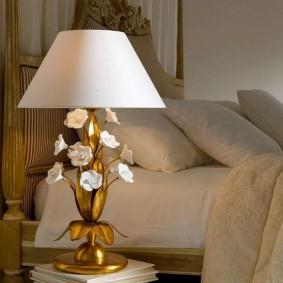 Декор цветами золотистого корпуса настольной лампы