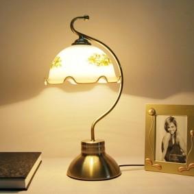 Изящный светильник на дугообразной стойке