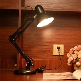 Настольная лампа с регулировкой высоты стойки