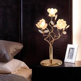 Настольная лампа с плафонами в форме цветков