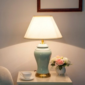 Белая чашка с чаем на прикроватной тумбе