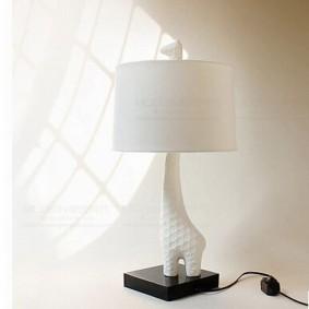 Белая лампа на черной подставке