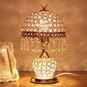 Хрустальный декор на настольной лампе