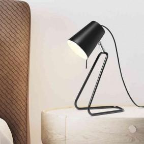 Настольный светильник с каркасом из проволоки