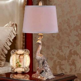 Настольная лампа с корпусом в виде павлина
