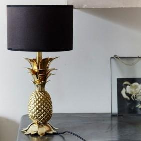 Настольный светильник с корпусом в виде ананаса