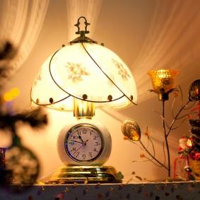 Светильник с часами в спальню супругов