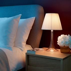 Серое изголовье двухспальной кровати