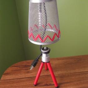 USB-светильник на треноге с сетчатым плафоном