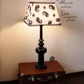 Настольная лампа на старых чемоданах