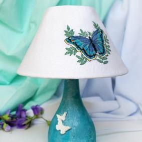 Вышитая бабочка на абажуре светильника