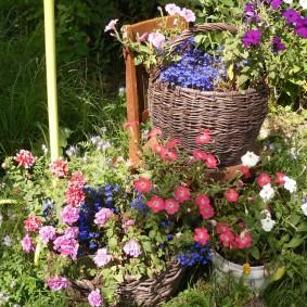 Садовые цветы в плетенных корзинах