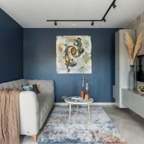 Прямой диван в маленькой комнате