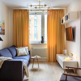 Желтые шторы в узкой комнате
