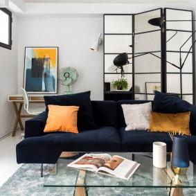 Темно-синий диван в светлой комнате
