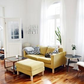 Узкий диван с удобной банкеткой