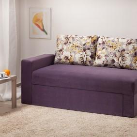 Пестрые подушки на маленьком диване