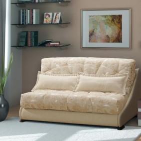 Картина в рамке над мини-диваном