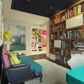 Книжный стеллаж в зале с черным потолком