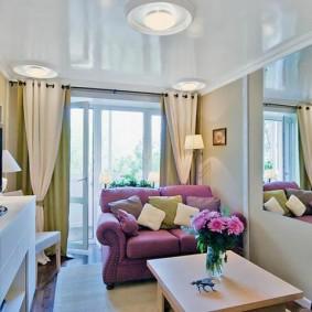 Узкая гостиная с дверью на балкон
