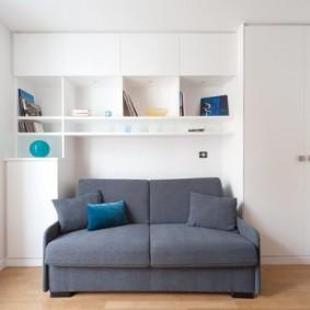 Серый диванчик в белоснежной комнате