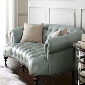 Кожаный диван небольшого размера