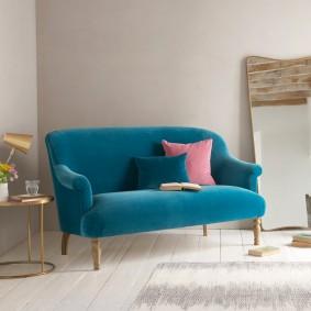 Яркая обивка дивана в гостевой комнате