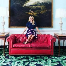 Кожаный диван красного цвета