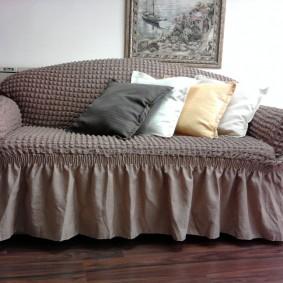 Чехол со сборками на диване в спальне
