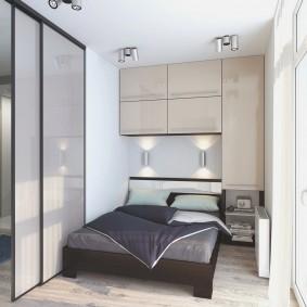 Коричневое основание кровати в светлой спальне