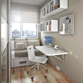 Навесной столик в маленькой комнате